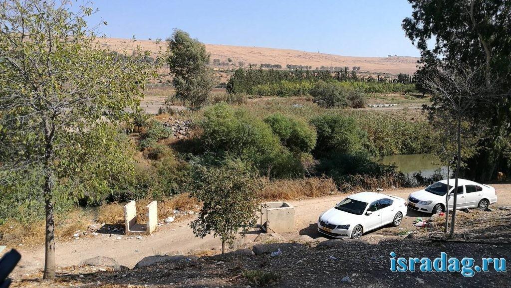 Так выглядят все берега реки Иордан вниз по течению от моста Пкак во время праздников