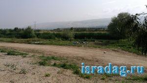 Горы мусора оставленный отдыхающей молодежью на берегу реки Иордан