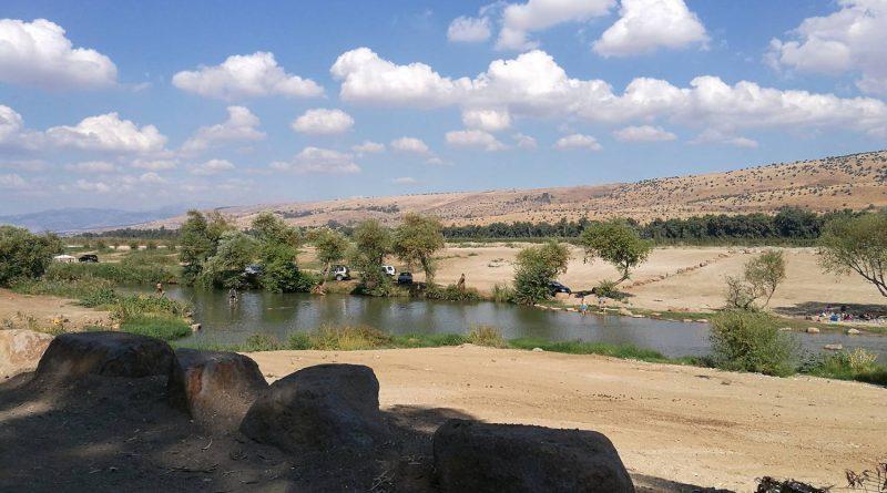 Израиль. Октябрь 2017. Река Иордан - отдыхающие люди возле моста пкак