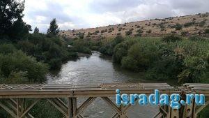 Мост Арик (Гешер Арик) - вид на реку Иордан с моста. Место для рыбалки на реке Иордан. Израиль
